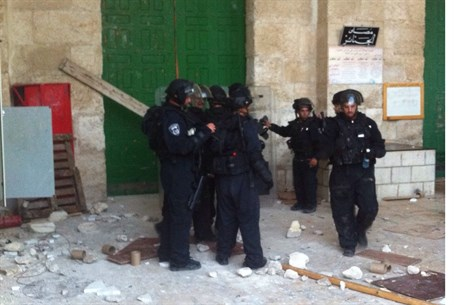 Police storm Temple Mount