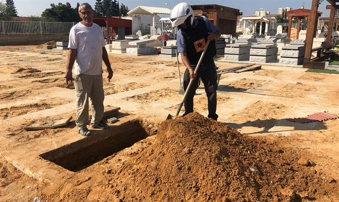 United Hatzalah volunteer prepares burial plot in Sderot