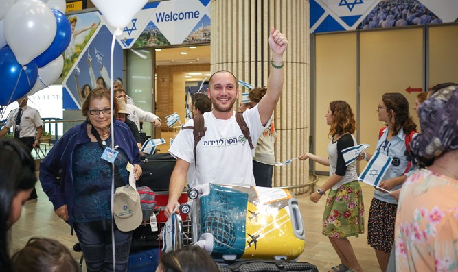 New olim arrive in Israel
