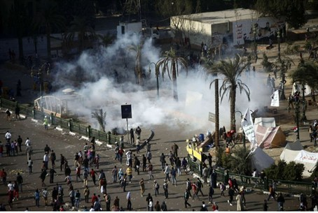 Demonstrators and police clash in Cairo's Tah