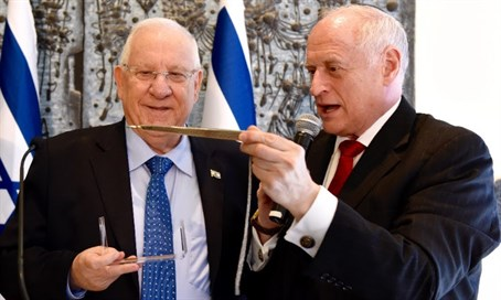 COP Executive Vice Chairman Malcolm Hoenlein presents President Reuven Rivlin with a Yad T
