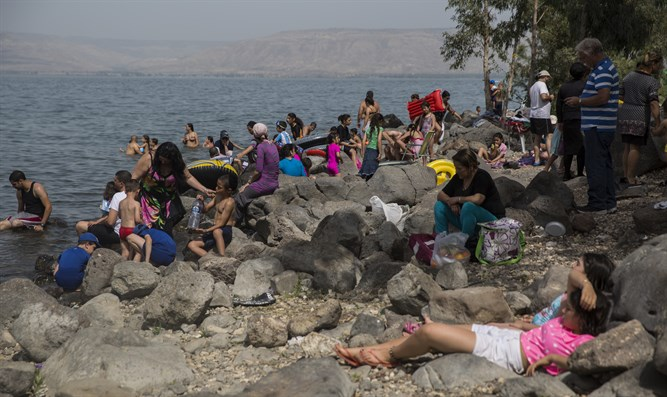 Israelis enjoy the beaches of the Kinneret