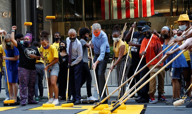 De Blasio and Sharpton paint BLM mural near Trump Tower in NYC